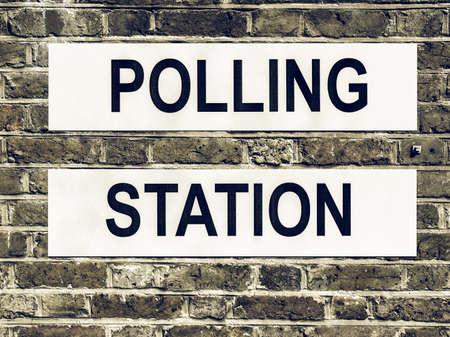 encuestando: Mesa de votación lugar en busca de la vendimia para los votantes emitir su voto en las elecciones Foto de archivo