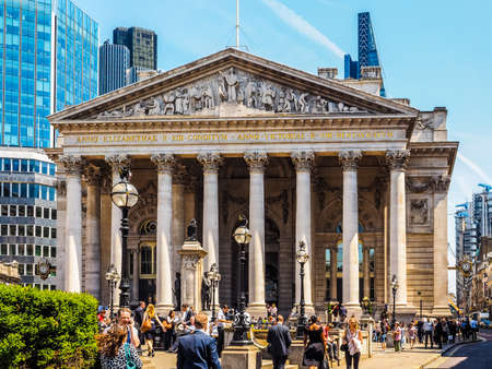 capitalismo: LONDON, UK - JUNE 11, 2015: People in front of The Royal Stock Exchange (HDR) Editorial