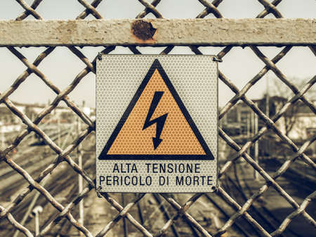 electric shock: mirando muestra del vintage de riesgo de descarga eléctrica por electrocución - en italiano