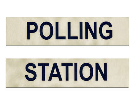encuestando: Mesa de votación lugar en busca de la vendimia para los votantes emitir su voto en las elecciones - aislada sobre fondo blanco Foto de archivo