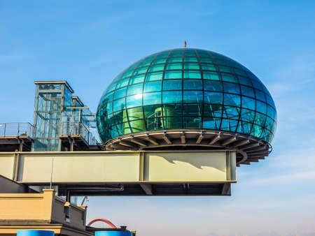 TORINO, ITALIA - 16 dicembre 2015: Tetto sala riunioni conosciuto come La Bolla che significa la bolla al centro congressi Lingotto progettato da Renzo Piano nella ex fabbrica di automobili della Fiat (HDR) Editoriali