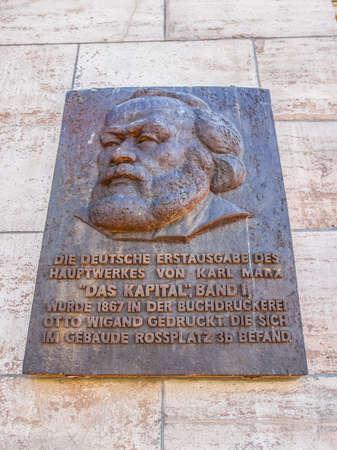 LEIPZIG, DEUTSCHLAND - 12. Juni 2014: Gedenktafel für den Druck der ersten Ausgabe von Karl Marx Das Kapital Hauptstadt im Jahr 1867 in Leipzig (HDR) Editorial