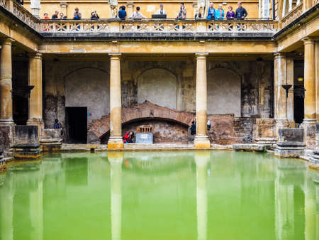 BATH, 영국 - 경 2016년 9월 : HDR 로마 목욕탕 고대 스파