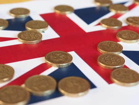 Monete di libbra denaro (GBP), moneta del Regno Unito, sopra la Union Jack