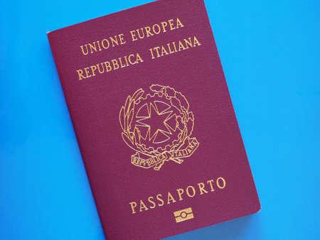 MILAN, ITALIE - CIRCA décembre 2016: italienne document d'identité passeport avec puce électronique de l'Italie, Europe Banque d'images - 70711876