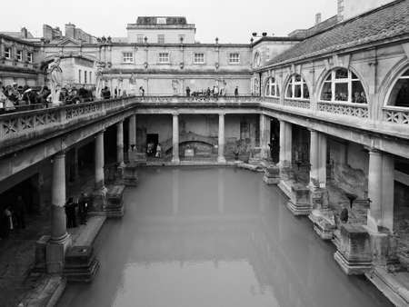 BATH, 영국 - 년 9 월 2016 : 로마 목욕탕 고대 온천 흑인과 백인