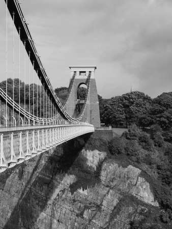 Clifton Suspension brug over de Avon Gorge en de rivier de Avon ontworpen door Brunel en in 1864 voltooid in Bristol, Verenigd Koninkrijk in zwart-wit Redactioneel