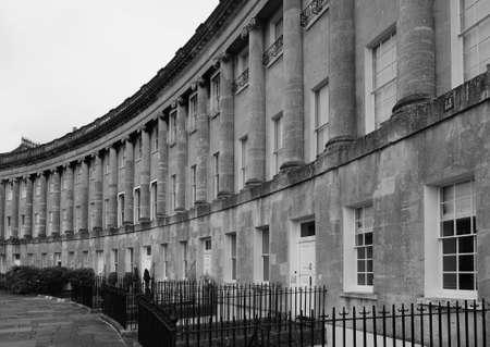 BATH, HET UK - CIRCA SEPTEMBER 2016: De Koninklijke Toenemende rij van rijtjeshuizen in zwart-wit