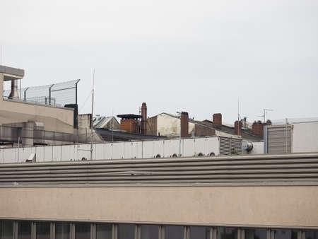 屋根の煙突と、エアコン アンテナと都市のスカイライン