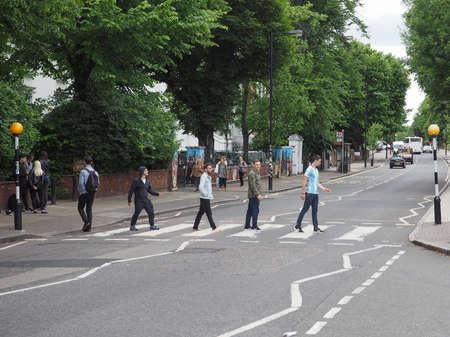 アビー ・ ロードの横断のロンドン、イギリス - 2017 年 6 月頃: 模倣ビートルズ アルバム カバー