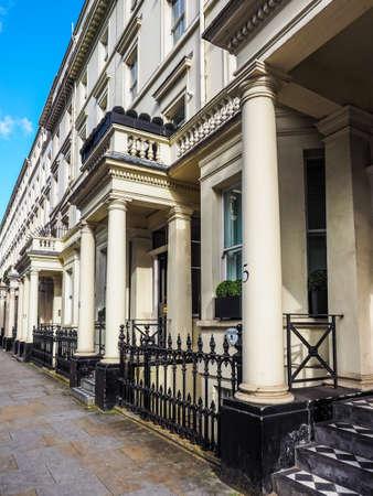 LONDEN, HET UK - CIRCA JUNI 2017: Terrasvormige huizen in Notting Hill, hoge dynamische waaier Redactioneel