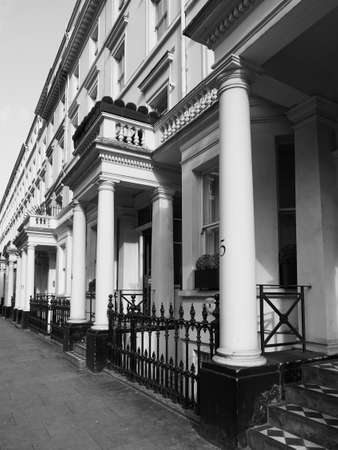 LONDEN, HET UK - CIRCA JUNI 2017: Terrasvormige huizen in Notting-Heuvel in zwart-wit