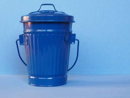 青いゴミ箱別名ゴミ箱またはゴミ箱またはコピースペース付きゴミ箱 写真素材