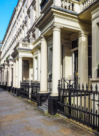 LONDEN, HET UK - CIRCA JUNI 2017: Terrasvormige huizen in Notting Hill (hoog dynamisch gamma)