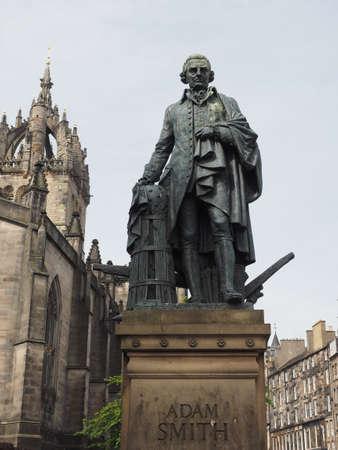 Statua del filosofo e scrittore economista scozzese Adam Smith sul Royal Mile di Edimburgo, Regno Unito Archivio Fotografico - 105144629