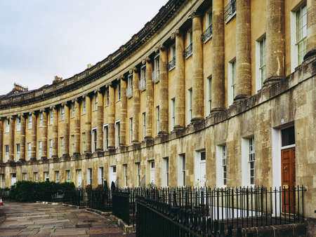 BATH, UK - CIRCA SEPTEMBER 2016: The Royal Crescent row of terraced houses Redactioneel