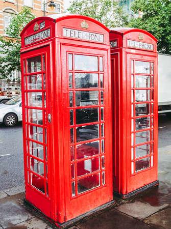 Tradycyjna czerwona budka telefoniczna w Londynie w Wielkiej Brytanii