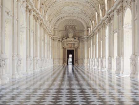 Venaria, Włochy - Circa sierpnia 2018: Galleria Grande aka Galleria di Diana (czyli Wielka Galeria lub Galeria Diana) w Reggia di Venaria