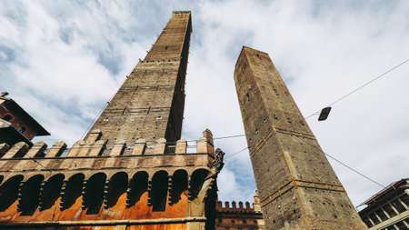 Torre Garisenda and Torre Degli Asinelli leaning towers aka Due Torri (meaning Two towers) in Bologna, Italy Imagens