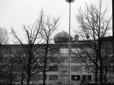 TORINO, ITALIA - CIRCA NOVEMBRE 2018: Il centro Lingotto progettato da Matte Trucco nel 1919 come fabbrica di automobili Fiat, ora centro congressi restaurato da Renzo Piano in bianco e nero Editoriali