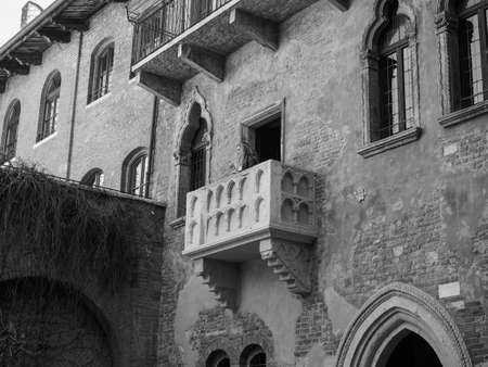 WERONA, WŁOCHY - OKOŁO MARZEC 2019: Dom Julii Capulet (Giulietta Capuleti) z balkonem rozsławionym przez Williama Szekspira tragedia miłosna Romeo i Julia w czerni i bieli Publikacyjne