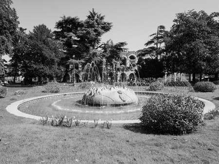 VERONA, ITALIA - CIRCA MARZO 2019: Fuente en la plaza Piazza Bra en blanco y negro