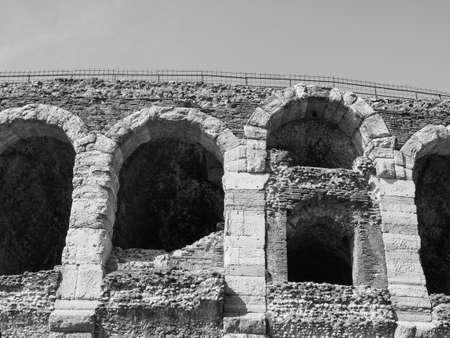 Arena di Verona roman amphitheatre in Verona, Italy in black and white 版權商用圖片 - 122889923