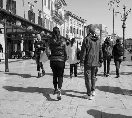 VERONA, ITALY - CIRCA MARCH 2019: People in the city centre in black and white Фото со стока - 122862872