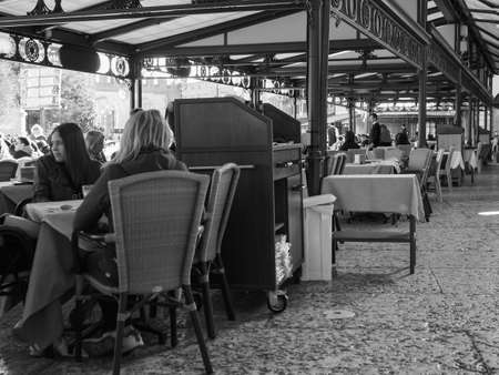 VERONA, ITALY - CIRCA MARCH 2019: People in the city centre in black and white Фото со стока - 122862885