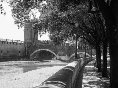 View of River Adige in Verona, Italy in black and white 版權商用圖片