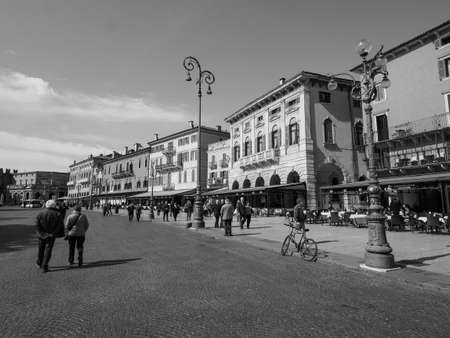 VERONA, ITALIA - CIRCA MARZO 2019: Plaza Piazza Bra en blanco y negro