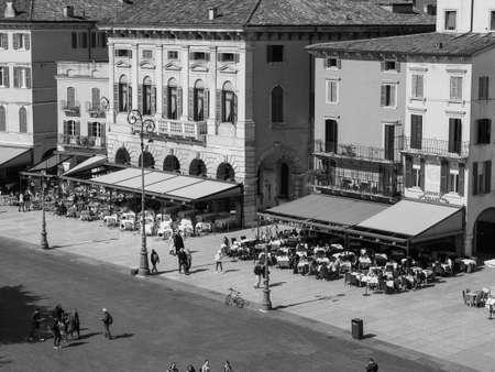 VERONA, ITALIA - CIRCA MARZO 2019: Plaza Piazza Bra en blanco y negro Editorial