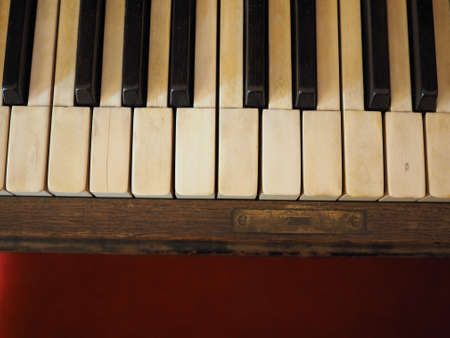detail of piano keyboard keys on vintage instrument Imagens