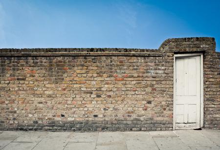Oude bakstenen muur en deur in de stad Londen.