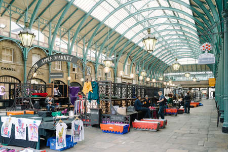 covent: LONDON, ENGLAND October 1, 2013: apple market at Covent Garden, London Editorial