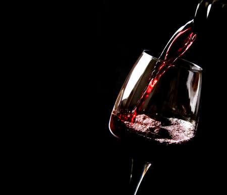 rosas rojas: El vino se vierte en un vaso Foto de archivo