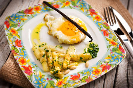 pine nuts: Fried egg with white asparagus and pine nuts