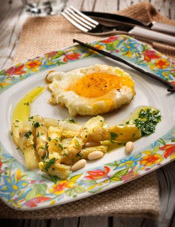 pinoli: Uovo fritto con asparagi bianchi e pinoli