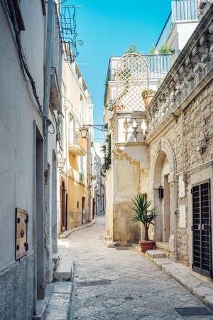 Raccourcissement, ruelles, maisons dans le centre historique de Conversano, Pouilles Italie. Banque d'images