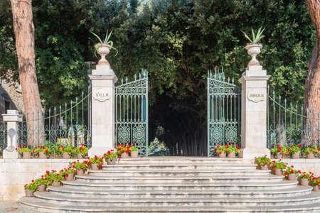 Escalier d'entrée au jardin municipal de la Villa Garibaldi à Conversano, Pouilles en Italie. Banque d'images