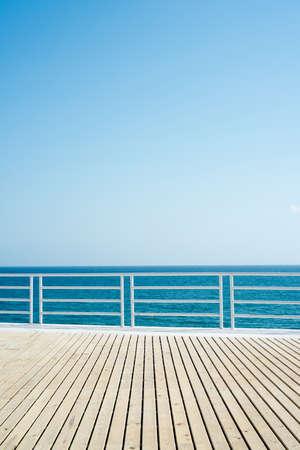 cielo y mar: mar piso de madera azul cielo espacio para el texto Foto de archivo