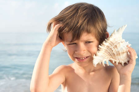 without clothes: Child does not understand the sound of the conch