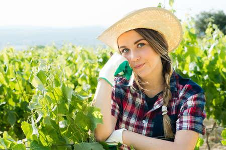 alicates: agricultor chica guapo en el pensamiento vides Foto de archivo