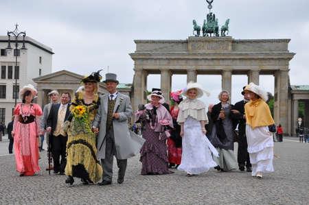 brandenburger tor: People walking in front of brandenburger tor