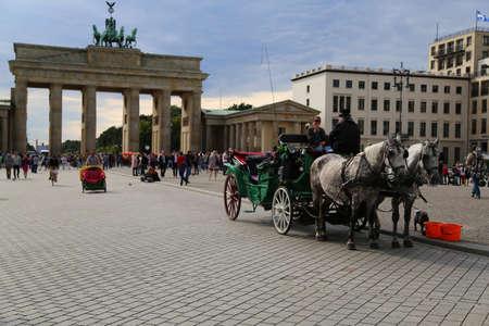 brandenburger tor: Horse-drawn carriage in front of Brandenburger tor Editorial