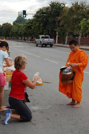 limosna: ourists y lugare�os dan comida limosna a los monjes durante la ma�ana