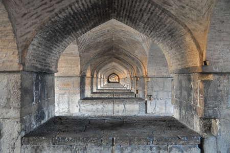 Ver bajo el puente Si-o-se en Esfahan, Irán