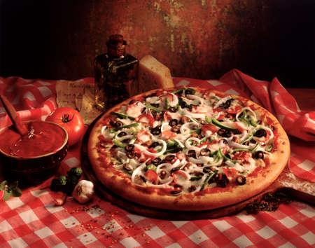 carnes y verduras: pizza fresca con setas y hierbas en el aceite de oliva