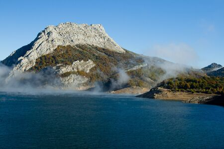 recursos naturales: With fog rising Reservoir woods and mountains.