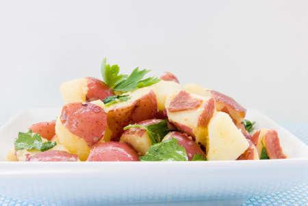 turkey bacon: salutare insalata di patate fatta con patate novelle, olio, tacchino pancetta e prezzemolo. Archivio Fotografico